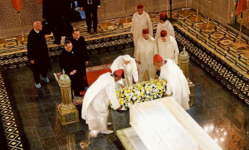 Pope Francis helps lay a wreath as he visits the Mausoleum of King Mohammed V in Rabat, Morocco, 30 March. Photo: CNS photo/Paul Haring